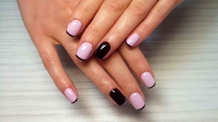 Immagine di unghie eleganti con smalto rosa e una french manicure nera, accent nail di colore nero