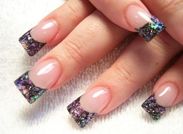 Un'idea per la french manicure con colori glitter nella tonalità del viola, base trasparente e top coat