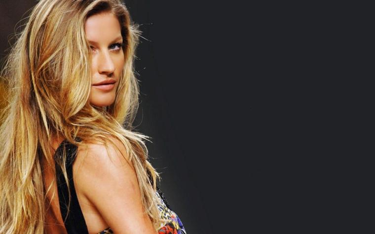 Gisele Bundchen top model famosa con capelli lunghi e biondi