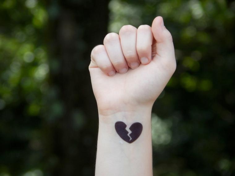 una proposta per realizzare un cuoricino tatuaggio spezzato, tutto nero sul  polso Tatuaggio cuore piccoli