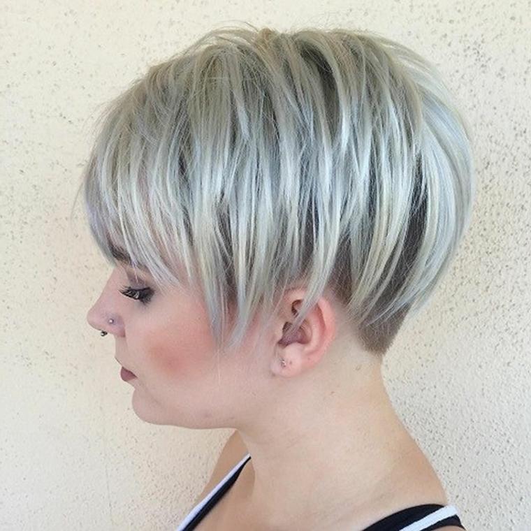 ... taglio alla moda con colorazione grigio-azzurra Acconciature capelli  corti  una raccolta delle migliori proposte di tendenza ... 243be1b34bfd