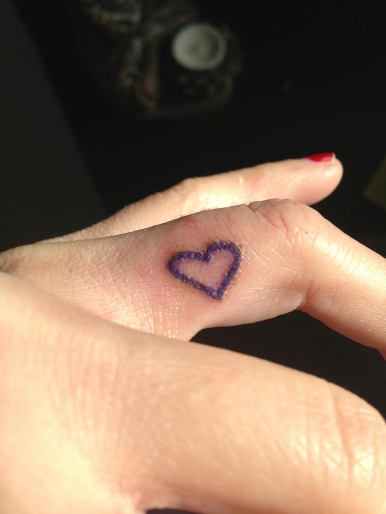 un disegno di dimensioni ridotte da fare sulle dita: un'idea per un tattoo cuoricino