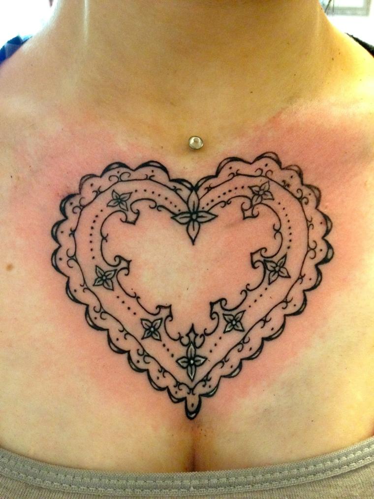 una proposta per realizzare un tatuaggio cuoricino di ampie dimensioni sul petto