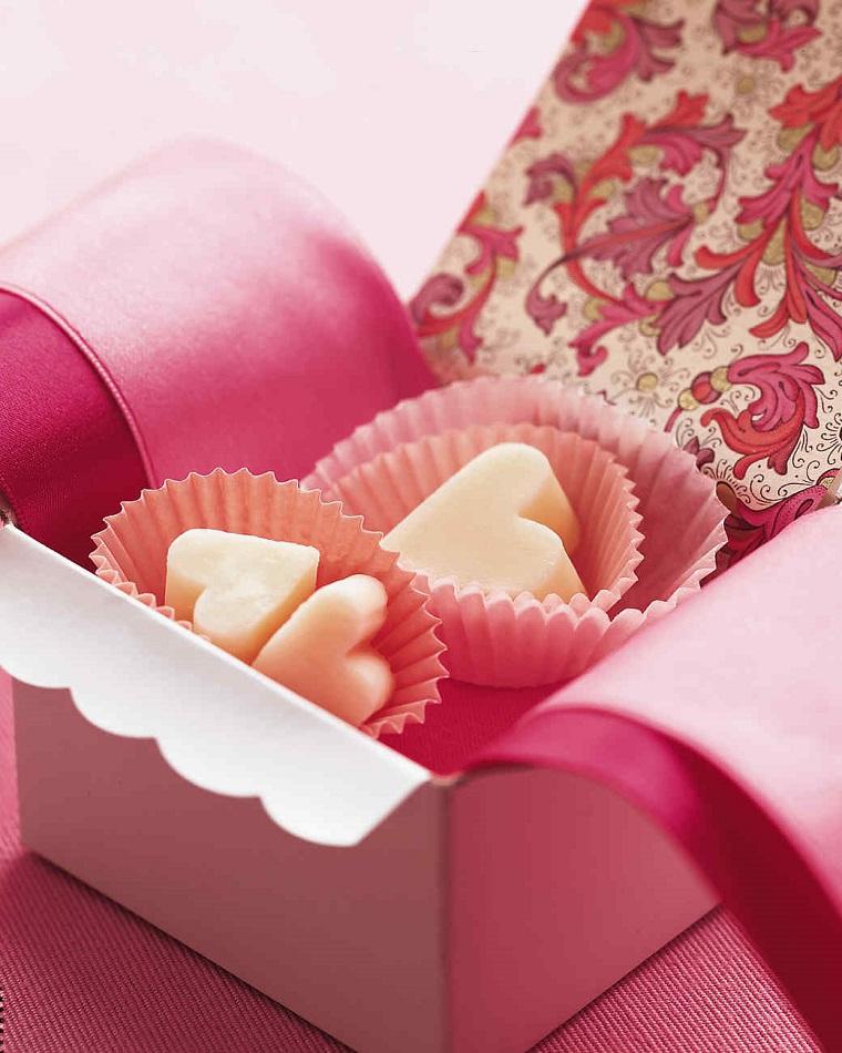 Scatola regalo con piccoli biscottini al cioccolato bianco in una scatola rosa