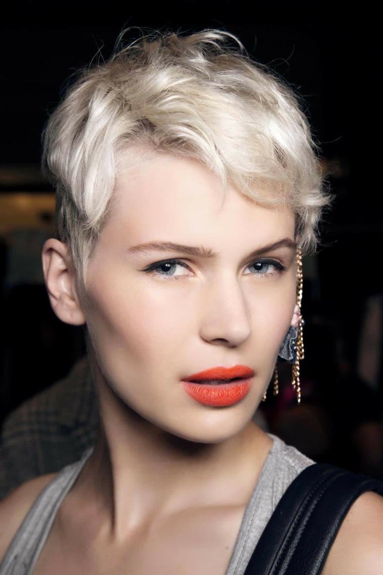 acconciature capelli corti, una proposta di taglio di ispirazione maschile con piega ondulata e ciuffo a lato