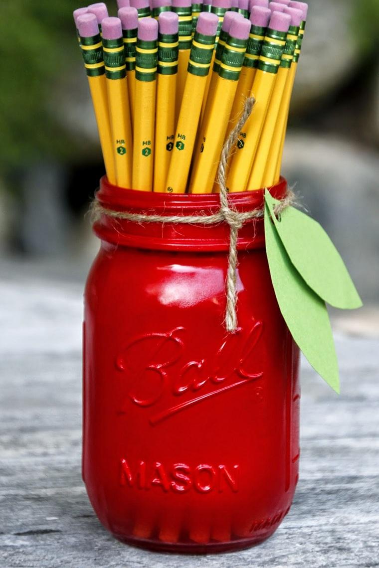 Regali fatti a mano, barattolo di vetro dipinto di colore rosso da utilizzare come portamatite