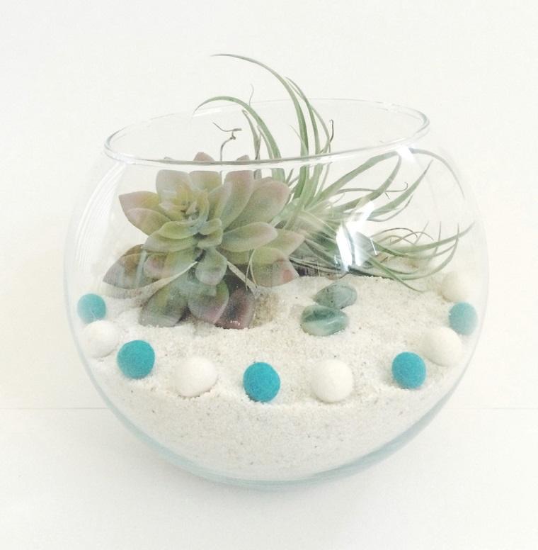 Oggetti fai da te e un piccolo giardino in miniature con piante grasse finte