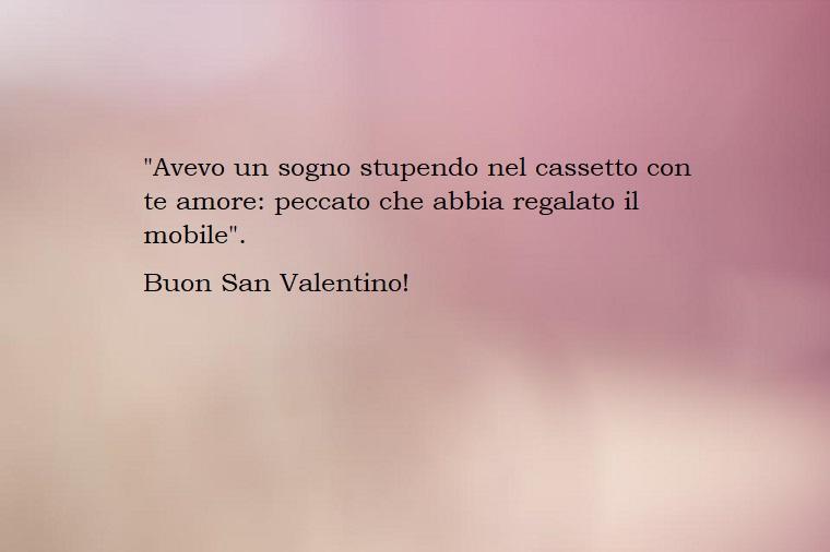 Idea per delle frasi ironiche festa di san valentino con uno sfondo viola sfumato