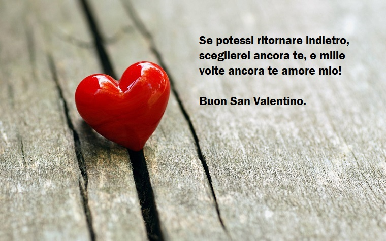 Frasi San Valentino e un'idea carina con un cuore rosso e superficie in legno come sfondo