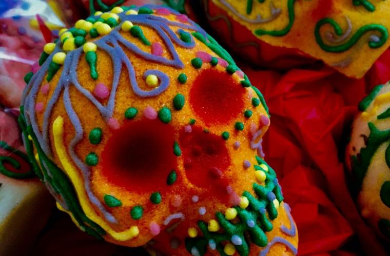 un dolce realizzato a forma di teschio della tradizione messicana con decorazioni colorate