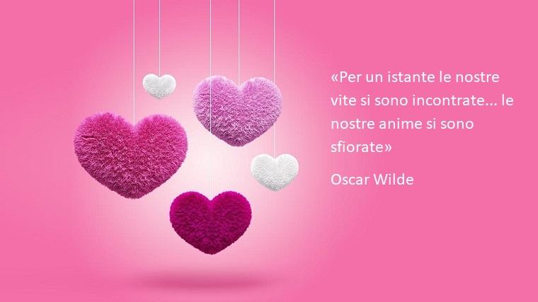 Frase di Oscar Wilde dedicata per il giorno di San Valentino, immagine con cuori di pelluche