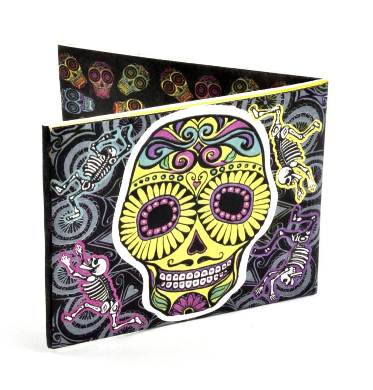 la copertina di un cd raffigurante un teschio della tradizione messicana giallo con delle decorazioni viola