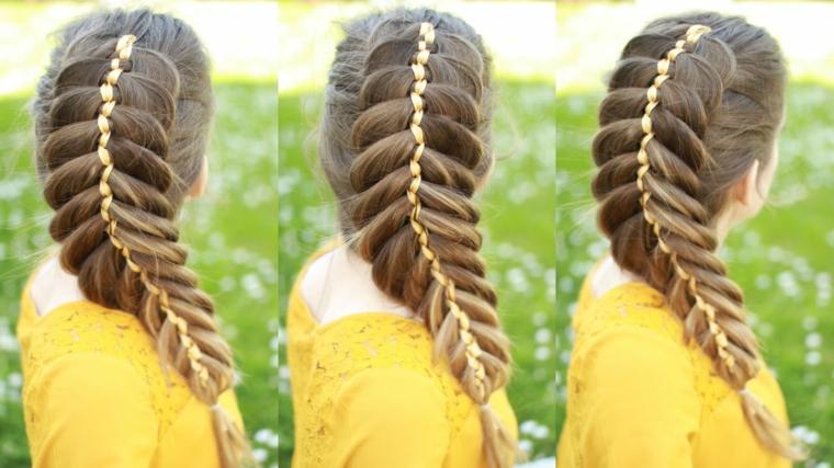 un'acconciatura realizzata su dei capelli lisci e lunghi con una grande treccia e un nastro all'interno