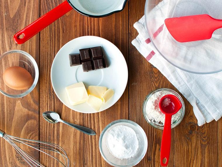 Ricette San Valentino e l'ingredienti per la preparazione di un tortino con cuore fondente