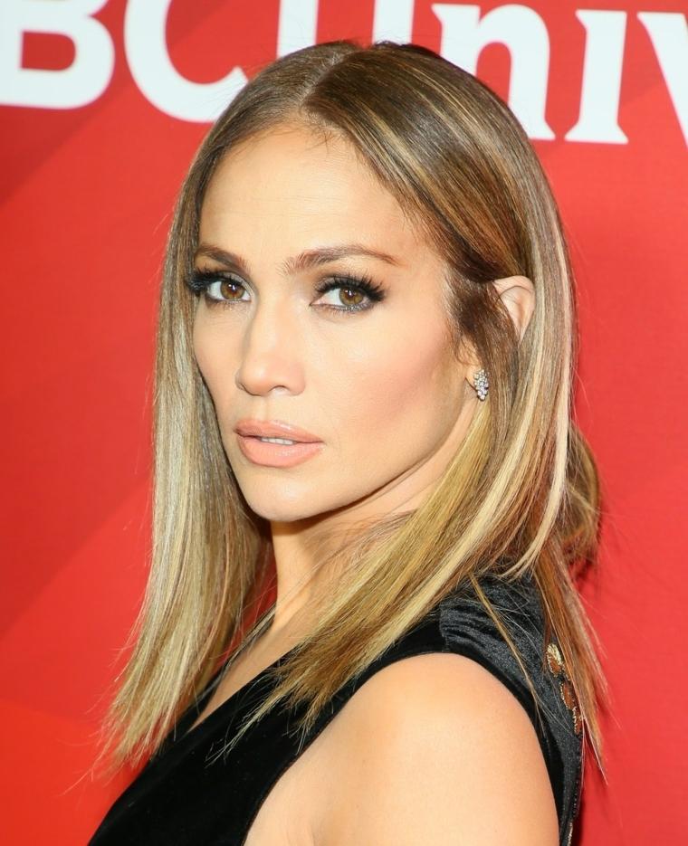 Taglio a caschetto per Jennifer Lopez di un colore bronde, mix tra biondo e caramello