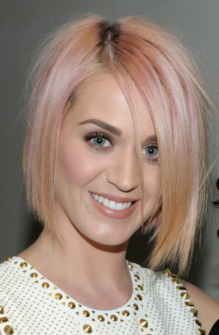Riflessi fragola per i capelli di Katy Perry, taglio a caschetto con riga di lato