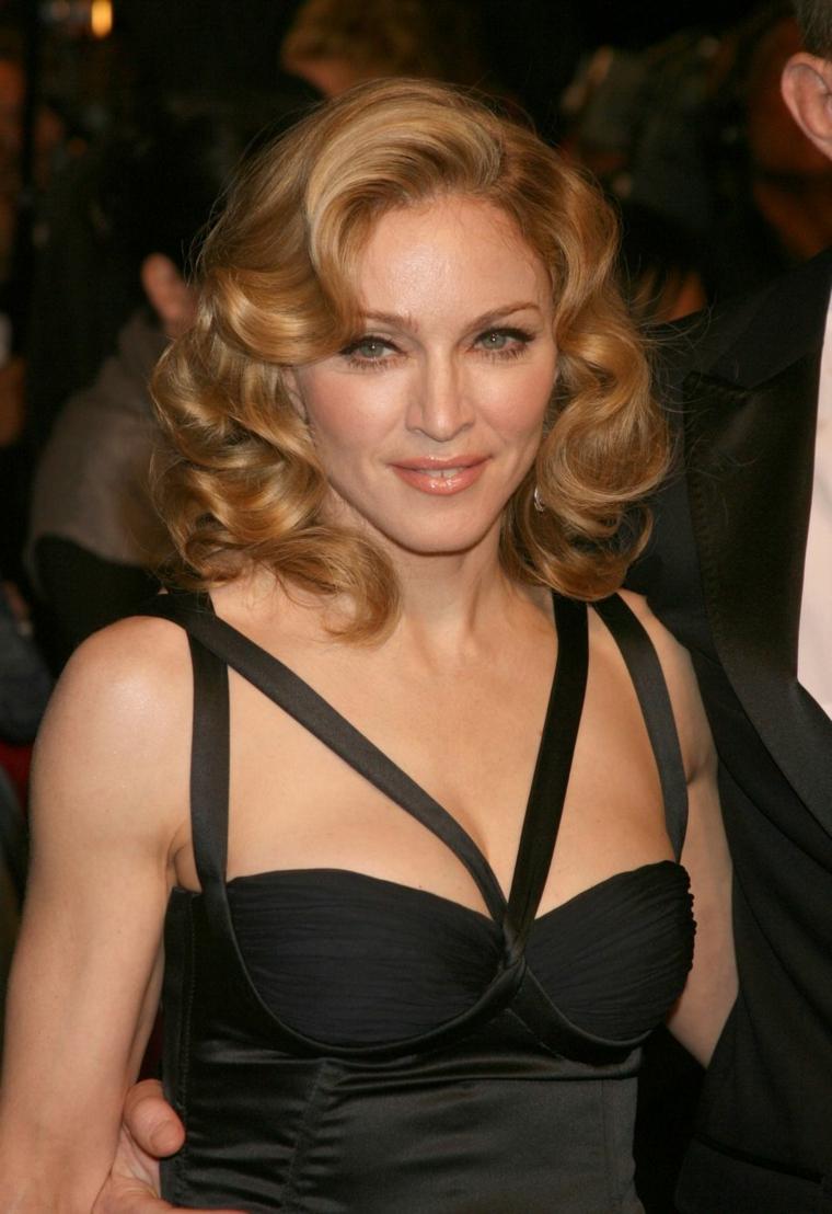 L'acconciatura pompadour di Madonna sui suoi capelli di media lunghezza e di colore biondo