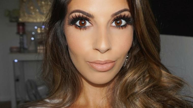come truccare gli occhi marroni creando focus: utilizzare mascara nero volume e delle extension