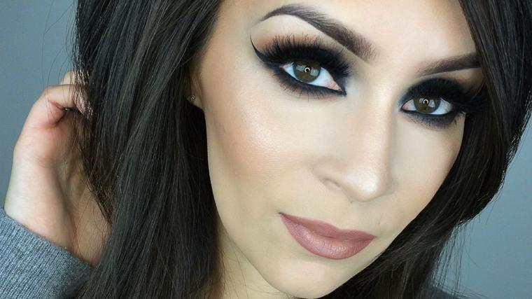 makeup occhi marroni, proposta per uno sguardo da gatta usando matita nera, eye liner e ciglia finte