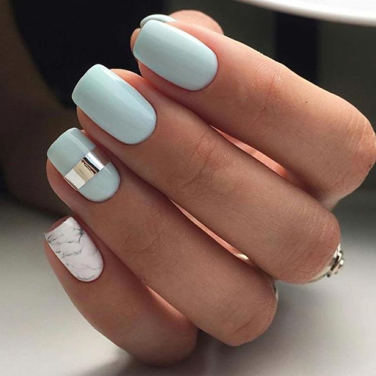 Nail art elegante con un accent nail grigio striscia, azzurro chiaro per  unghie di media