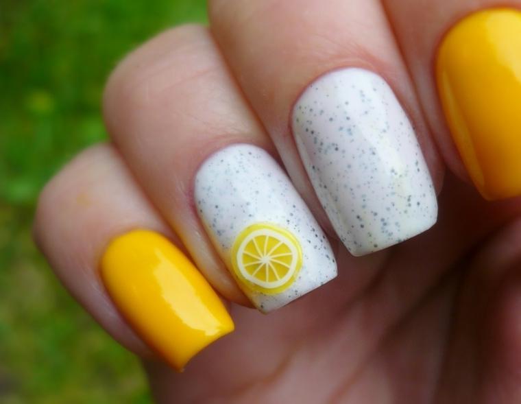 Idea per una manicure estiva di colore giallo, decorazione con un disegno di limone su una base bianca effetto marmo