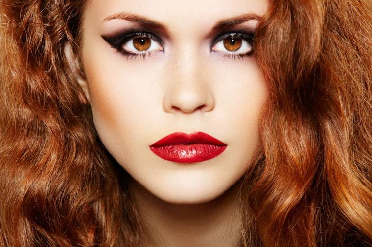 occhi marroni trucco, proposta per un look rock con dell'eye liner spesso nero e rossetto rosso