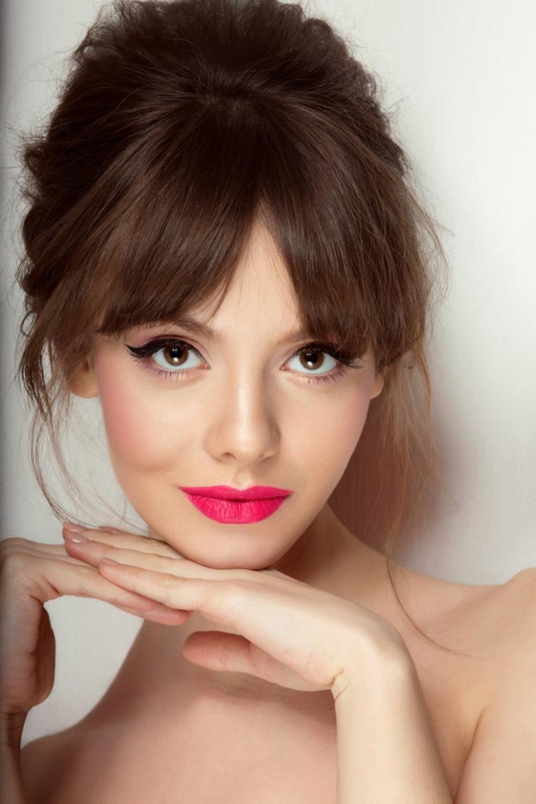 occhi marroni trucco, proposta in stile anni 50-60 con dell'eye liner nero e ombretto rosa chiaro