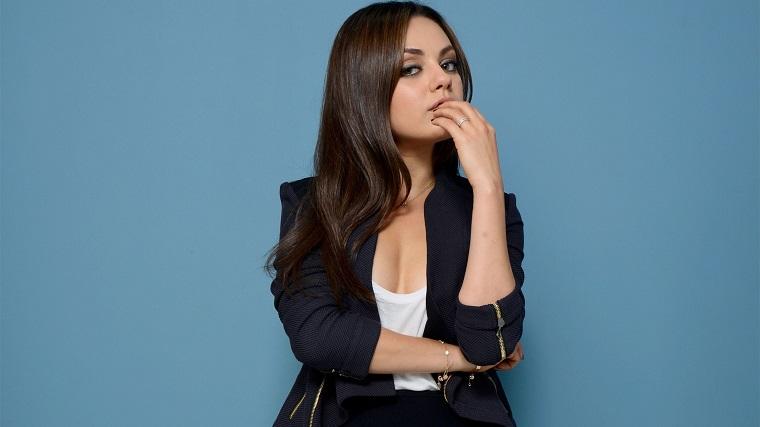 Attrice america bella e famosa, Mila Kunis con un look fashion ed elegante