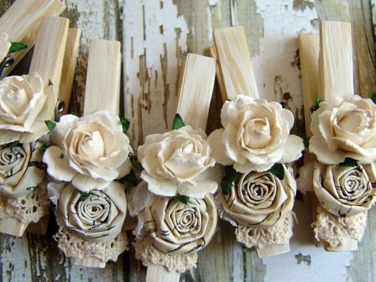 Decorazioni shabby chic, mollette di legno con rose fai da te in tessuto di colore bianco e grigio