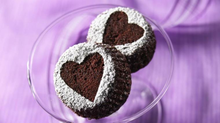 Decorazione muffins con stencil forma di cuore e zucchero a velo