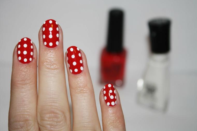 Smalto Minnie Mousse con base di colore rosso e decorazioni puntini bianchi, forma a mandorla