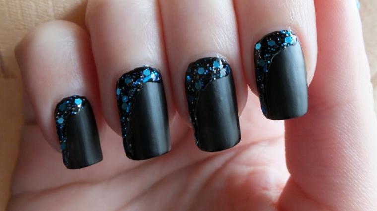 Smalto di colore nero effetto mat e decorazione unghie con paillettes blu