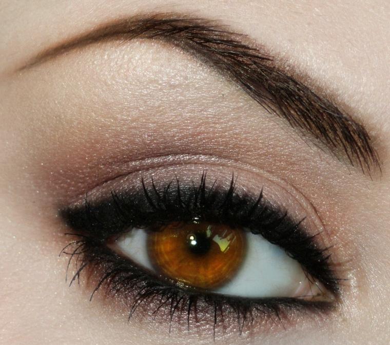 make up occhi castani con matita nera dentro e sopra l'occhio così da intensificare lo sguardo