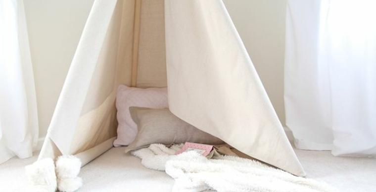 Riciclo creativo, un'idea per la costruzione di una tenda per bambini, decorata con cuscini e coperta