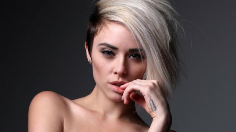 pettinatura capelli corti, proposta fashion con i lati corti e ciuffo lungo, tinta grigia