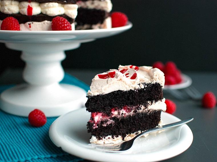 Dolci San Valentino facili, torta al cioccolato con panna montata e decorazioni con lamponi