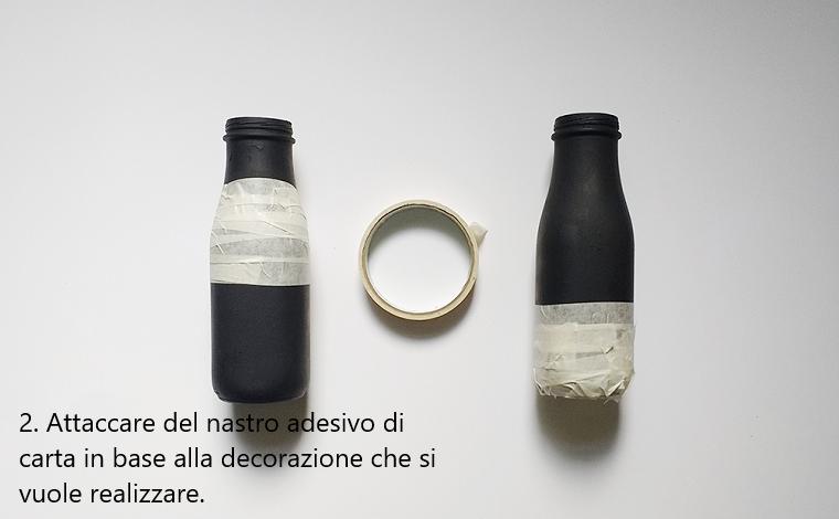 Idee riciclo e procedimento due per la creazione di vasi, avvolgere del nastro adesivo di carta intorno alla bottiglia di vetro colore nero