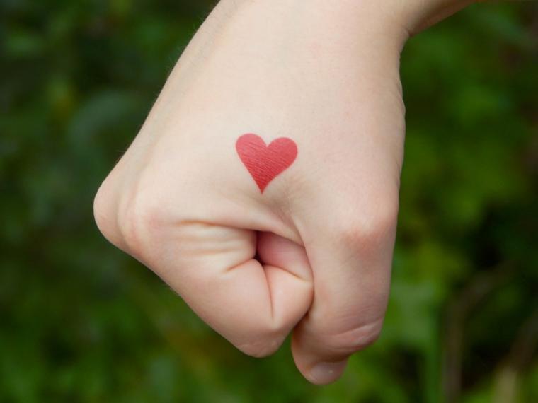 per chi ama il colore: una proposta per tatuaggi cuori piccoli ideali per a mano