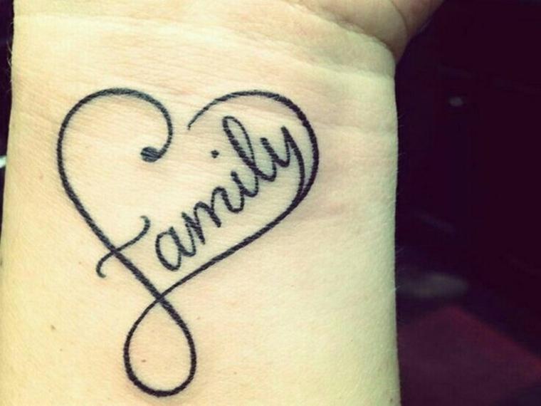 un disegno tutto da personalizzare nella dimensione e nella scritta di cuoricino tattoo