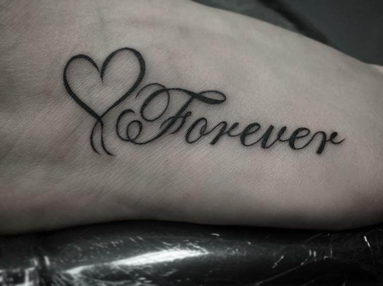 un'idea per realizzare dei tatuaggi a forma di cuore con una scritta