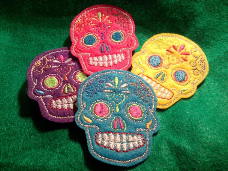 delle piccole toppe di stoffa colorata a forma di teschio della tradizione messicana di vari colori