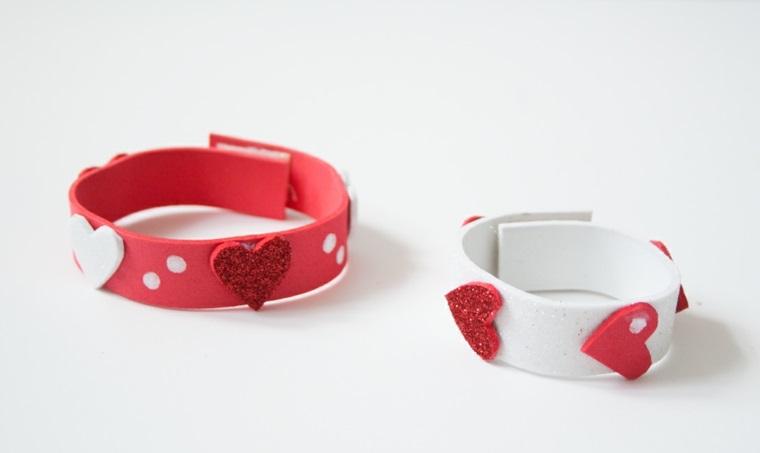 Oggetti fai da te e un'idea per un braccialetto realizzato con dei fogli di carta eva