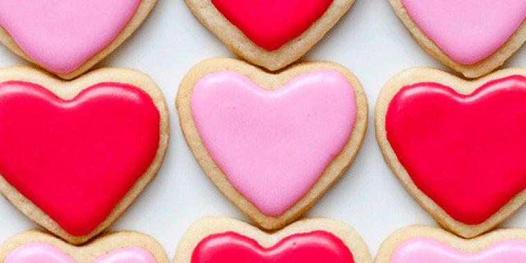 Biscotti San Valentino a forma di cuore e ghiaccia reale di colore rosa e fucsia