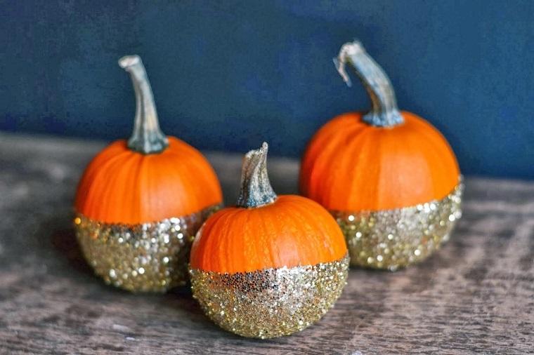 Zucche di Halloween decorate, idea con colla glitter di colore argento