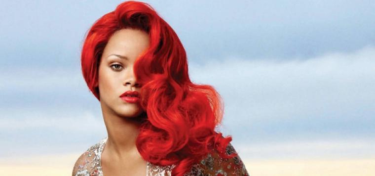 Tinta capelli di colore rosso per Rihanna, taglio lungo con onde morbide e tanto volume