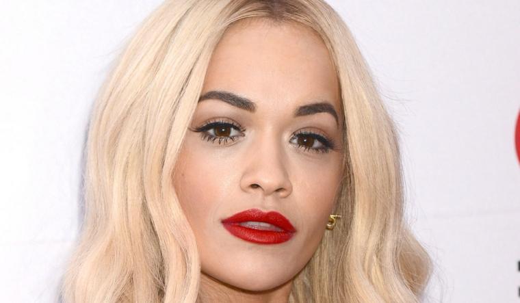 Colore capelli biondo platino di Rita Ora con riga laterale e taglio caschetto