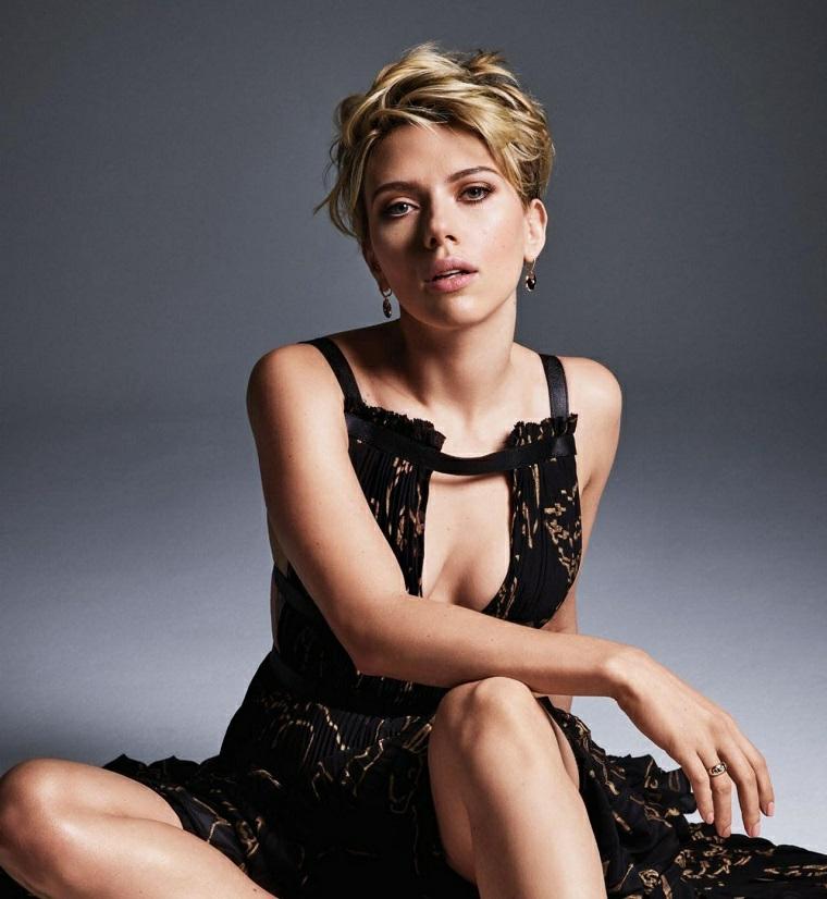 Attrici americane, immagine di Scarlett Johansson vestita con un vestito lungo e nero
