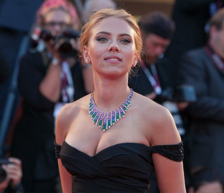 Attrici belle, Scarlett Johansson con un vestito nero e girocollo elegante, capelli biondi raccolti
