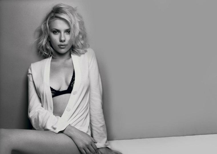 Le attrici più belle del mondo, Scarlett Johansson vestita con una camicia bianca in una immagine bianco e nera