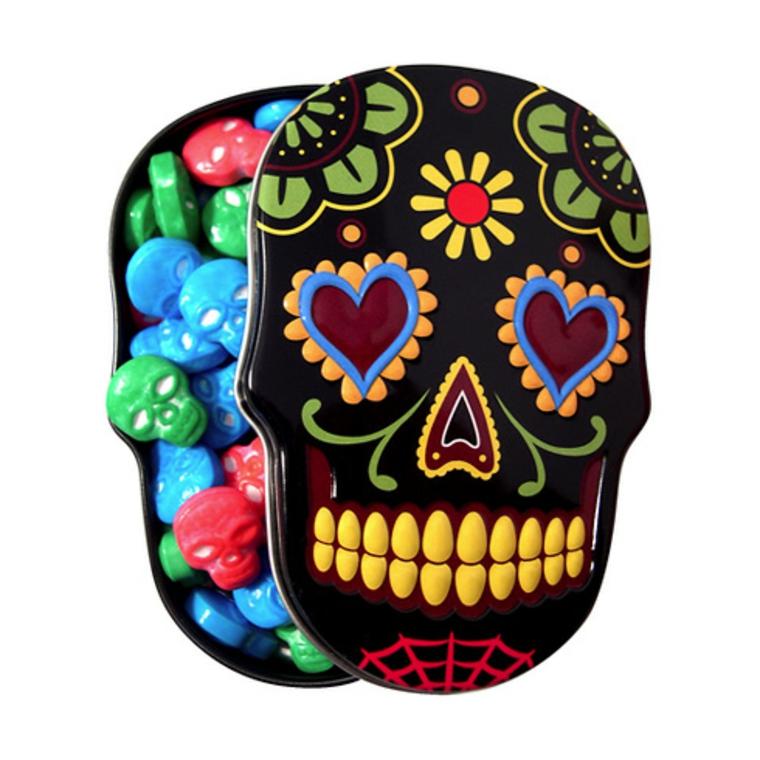 un teschio della tradizione messicana come scatola contenente delle caramelle a forma di teschio